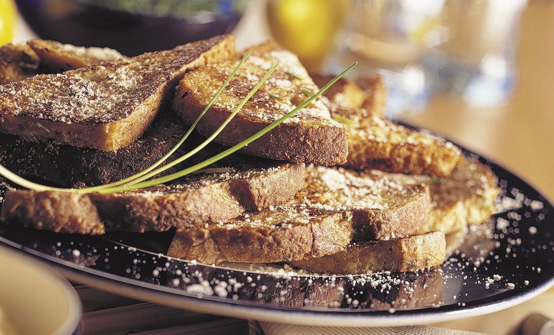 Hartige wentelteefjes met Italiaanse kruiden, bieslook en kaas