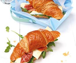 Croissant met rucola, brie en Italiaanse kruiden