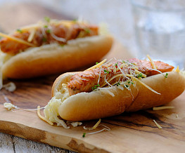 Zalm hotdog met romige zuurkool
