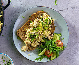 Toast met vega scrambled eggs