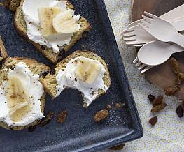 Rozijnenbrood met roomkaas en banaan