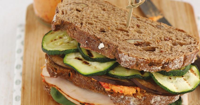 Desemsandwich met kip en gegrilde groenten