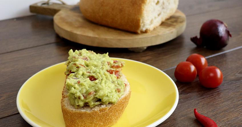 Guacemole op een dikke snee desem wit brood
