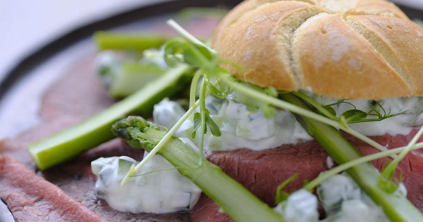 Broodje rosbief met Tzatziki